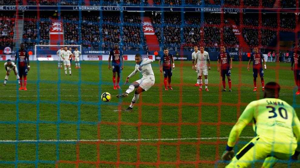 Mbappé anota de penalti el primero de sus dos goles al Caen.