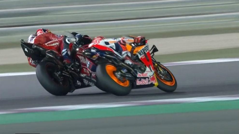 Dovi adelanta a Márquez en la última vuelta.