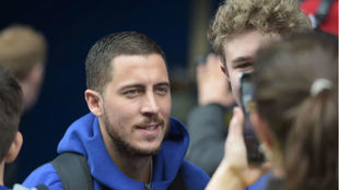 Hazard, junto a aficionados del Chelsea.