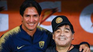 Maradona y Marioni posan antes del partido.