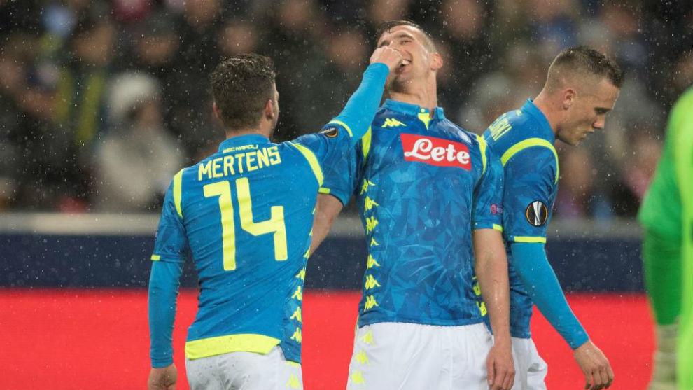 Dries Mertens y Milik celebran un gol.