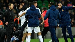 Los jugadores del Valencia celebran el pase a cuartos con Marcelino.