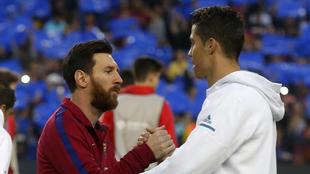 Messi y Cristiano se saludan antes de un Clásico.