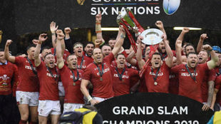 Los jugadores galeses celebran su triunfo en el Seis Naciones