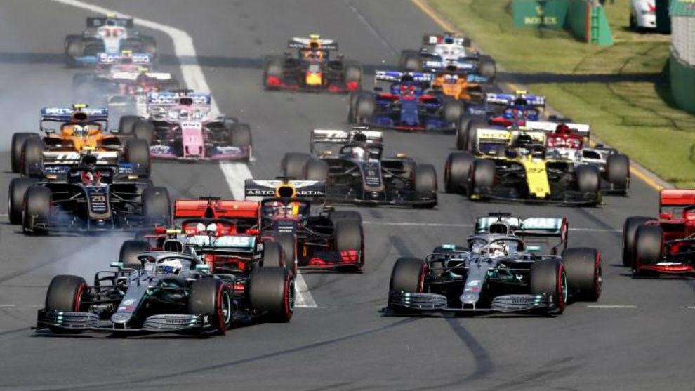 Bottas lidera en la salida del GP de Australia.