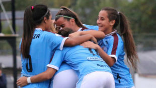 Las chicas de UAI Urquiza celebran el triunfo ante San Lorenzo