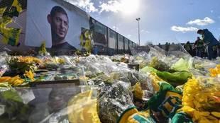 Flores en recuerdo a Emiliano Sala.
