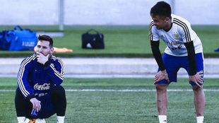Messi y el 'Pity' Martínez, durante un entrenamiento de la...