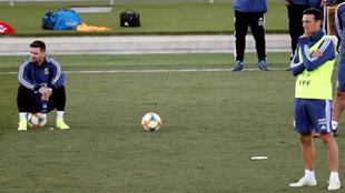 Messi y Scaloni durante una práctica en Valdebebas