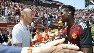 Pogba y Zidane se saludanen un amistoso entre Madrid y United en...