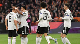 Los jugadores de Alemania celebran uno de los goles ante Holanda.