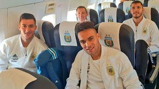 Los jugadores argentinos, en el avión.