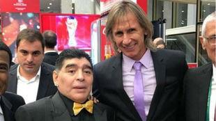 Maradona y Gareca, en una ceremonia de FIFA