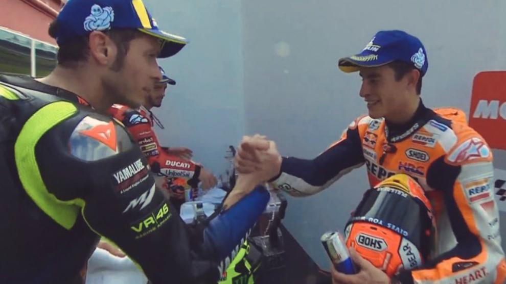 Márquez y Rossi se dan la mano.