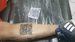 Pierna del hincha de River con el código QR tatuado.