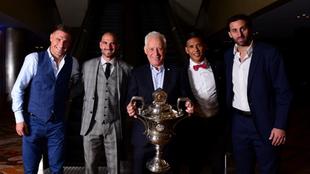 Pillud, Licha, Blanco, Zaracho y Milito, con el trofeo de la Superliga