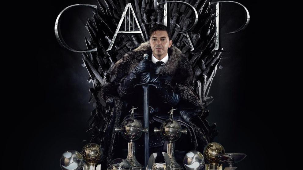 Gallardo sentado en el trono de Game of Thrones