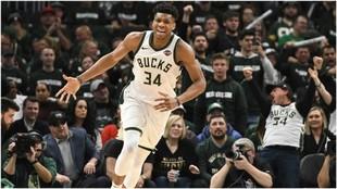 Antetokounmpo celebra una canasta con los Bucks ante los Pistons.