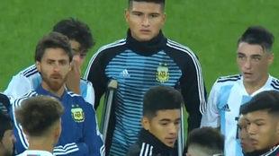 Pablo Aimar charló con sus jugadores en plena cancha, al final del...
