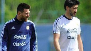 Pablo Pérez con Leo Messi.