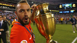 Marcelo Díaz levantando la Copa América