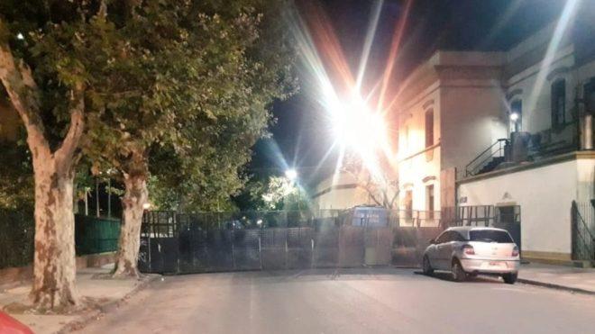 Los accesos al diario Clarín y a su planta impresora fueron vallados...