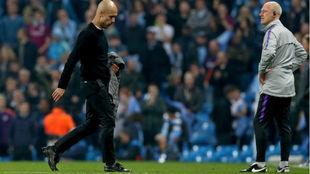 Guardiola abandona la cancha decepcionado tras el final del partido.