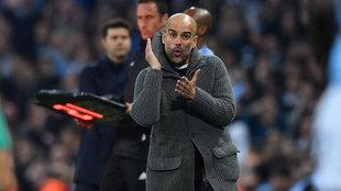Pep Guardilla da instrucciones a sus jugadores durante el Manchester...