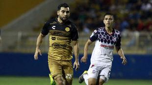 Escotto, autor del gol, ante la marca de un jugador de Cimarrones.
