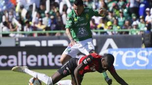 Sambueza controla el balón ante un jugador del Atlas.