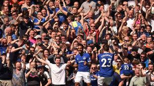 Walcott y Coleman festejan uno de los goles del Everton.