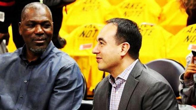 Gersson Rosas junto a Olajuwon en un partido de los Rockets.