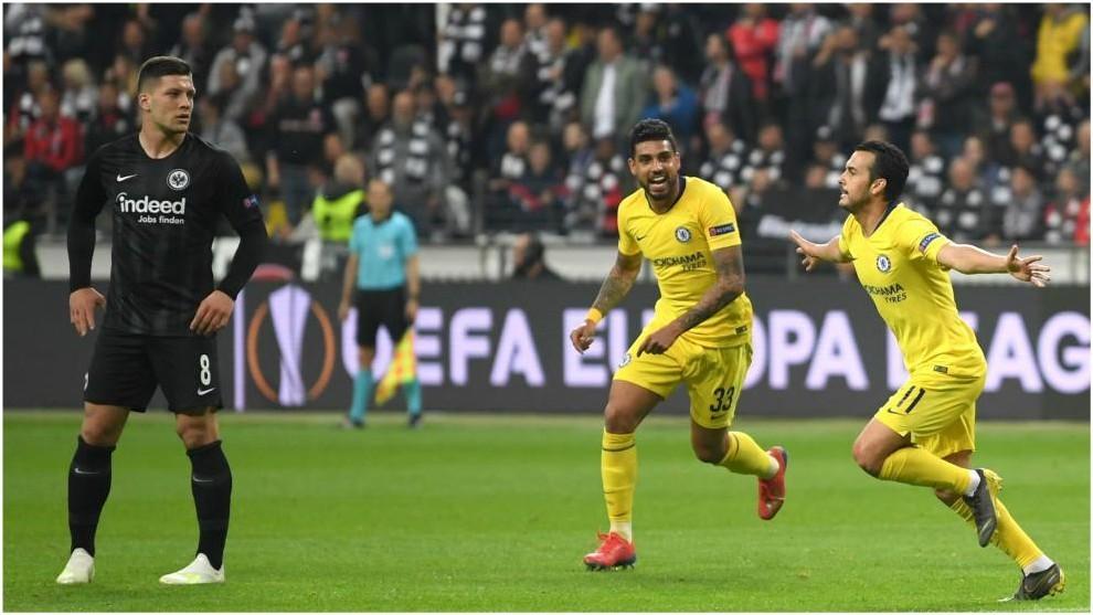 Pedro celebra el gol del Chelsea en presencia de Jovic.