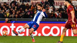 Adrián López, durante un partido con el Porto en Champions.