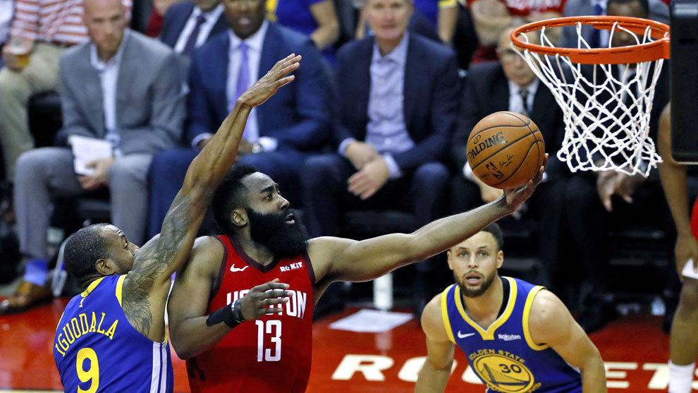 Harden entra a canasta ante la mirada de Curry.