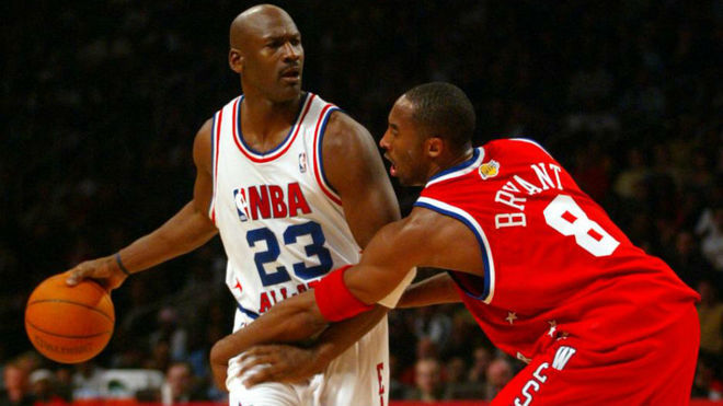 Kobe Bryant defiende a Michael Jordan en un All StaR.