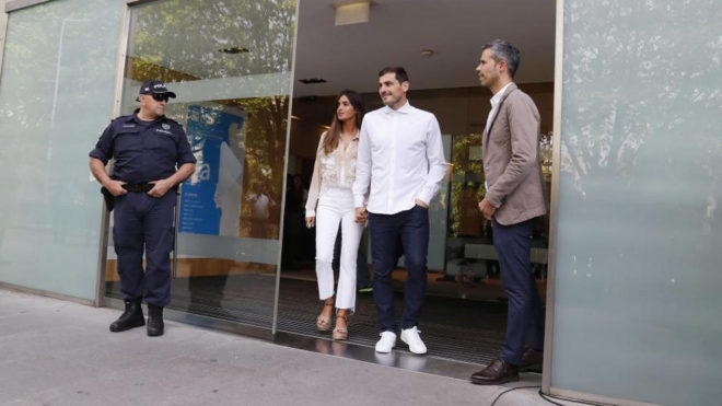 Iker Casillas sale del hospital CUF Porto.
