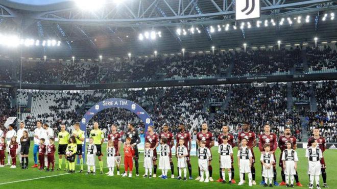 Los jugadores de la Juve y el Torino, antes del partido del viernes.