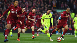 Leo Messi conduce un ataque del Barcelona durante la semifinal de...