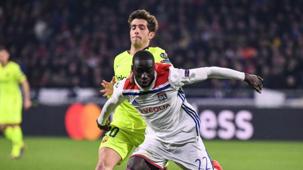 Mendy, ante Sergio Roberto en el Lyon-Barça de Champions de esta...