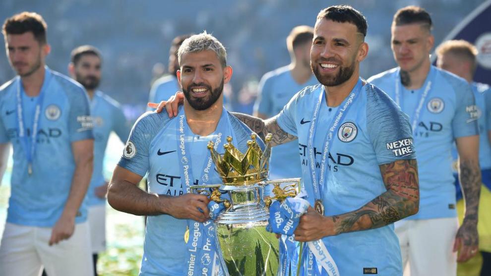 Agüero y Otamendi con el título de la Premier League.