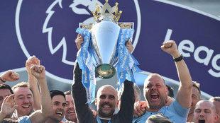 Guardiola levanta la Copa de Campeón de la Premier.