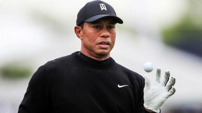 Tiger Woods juega con una bola en la ronda de prácticas.