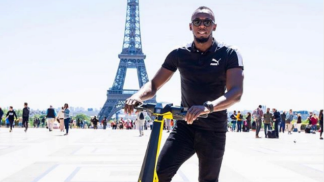 Usain Bolt promociona en París un patinete eléctrico con su nombre.