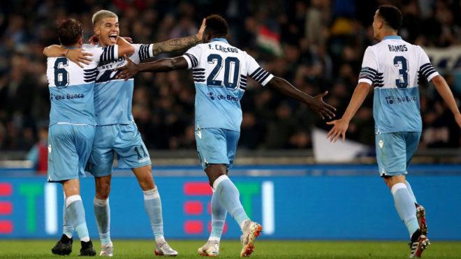 Correa, número 11, recibe el saludo de sus compañeros de la Lazio...