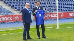 Casillas junto a Pinto da Costa, durante su renovación con el Porto.