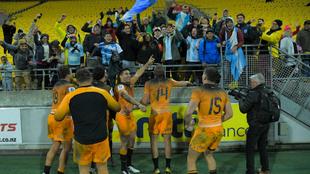 El plantel de los Jaguares celebran el triunfo con la hinchada.