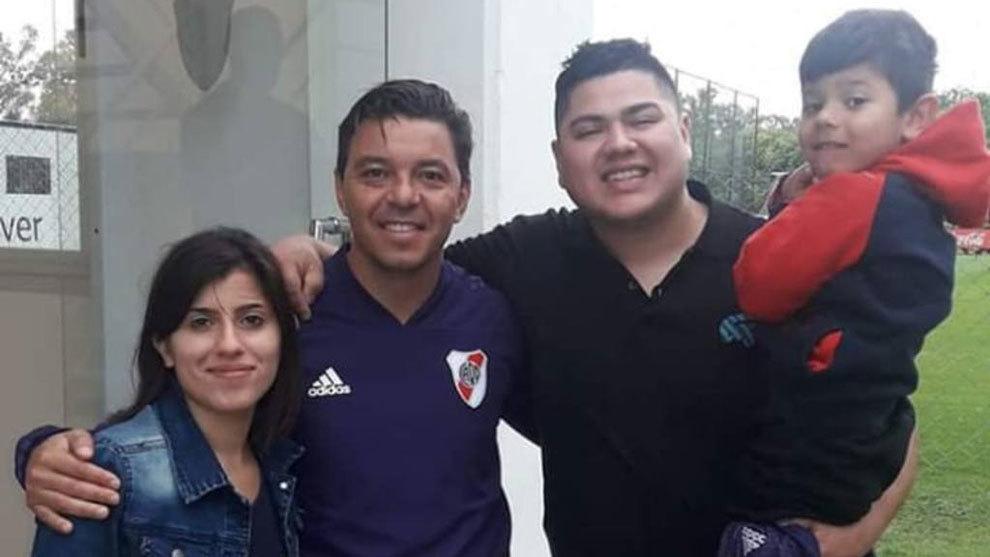 La familia de Brian junto a Gallardo en Ezeiza.
