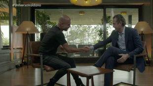 Guardiola y Valdano se estrechan la mano durante un programa de...