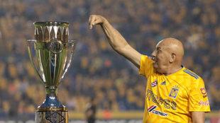 Osvaldo Batocletti, junto al trofeo de la Liga Femenil MX ganado por...